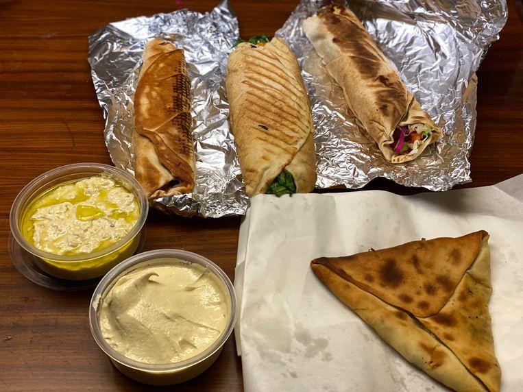 De gevulde rollen met falafel, spinaziedriehoek en dips (hoemmoes, baba ghanoush) van Tigris & Eufraat zijn verrukkelijk én betaalbaar. Beeld Monique Van Loon