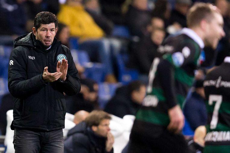 Trainer Erwin van de Looi spoort de spelers van FC Groningen aan. Beeld anp