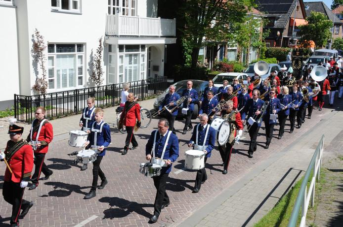 De drumfanfare BUB (in het rood) en harmonie KNA (blauw) trekken al vaker samen op.  Foto Henk Baron