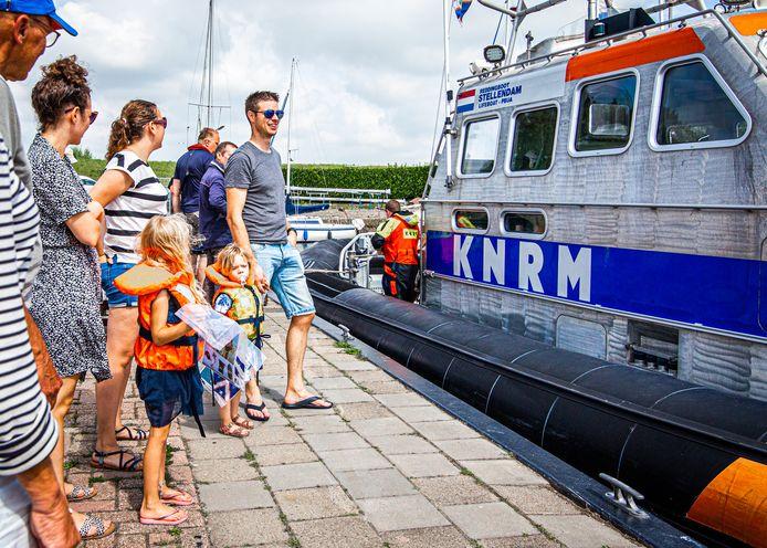 De KNRM boot uit Stellendam op bezoek in de haven van Zuid-Beijerland.
