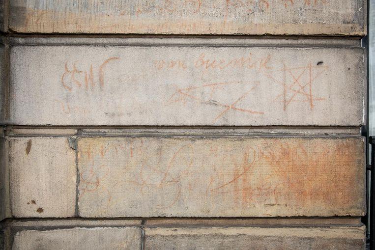 De 'historische graffiti' op Het huis met de bloedvlekken, Amstel 216. Beeld Dingena Mol