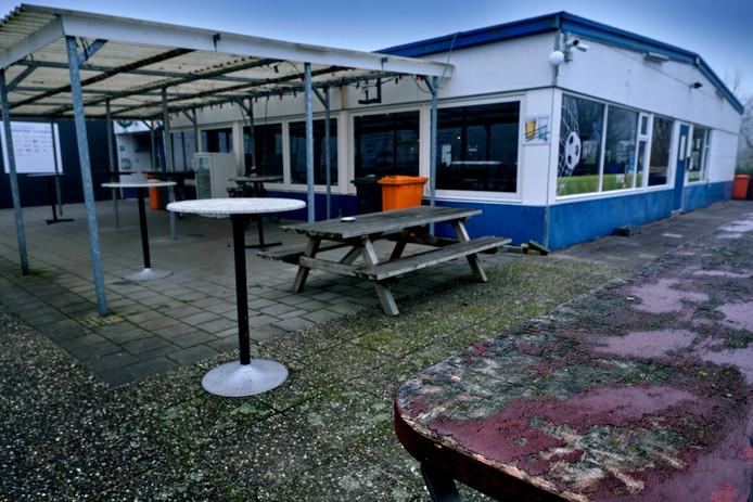 Het terrein van voetbalvereniging Sliedrecht brokkelt langzaam af.