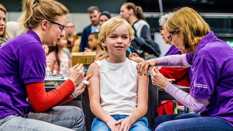 Kinderen worden gevaccineerd tegen difterie, tetanus, polio (DTP), bof, mazelen en rodehond (BMR) tijdens een vaccinatiedag in Ahoy Beeld ANP