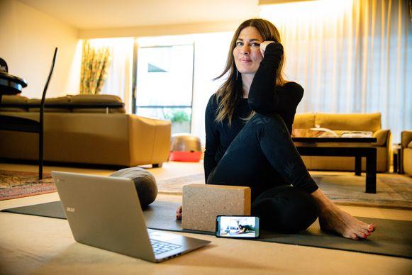 Met haar online yogalessen hoopt Mounira rust te creëren in deze angstige periode.