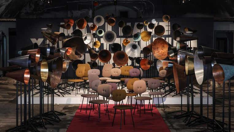 Maarten Baas trekt met de installatie May I have your attention please een lange neus naar merken als Ikea. Beeld Jeroen Junte / de Volkskrant