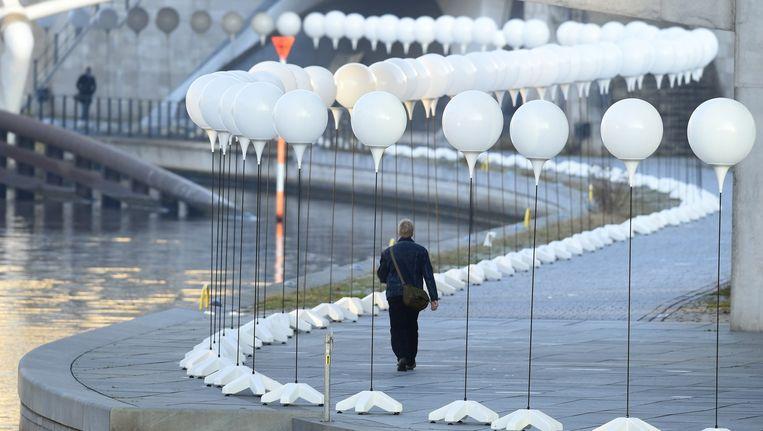 Berlijn wordt tot en met zondag verlicht door duizenden lichtgevende ballonnen om de val van de Berlijnse Muur te herdenken. Beeld afp