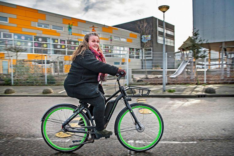 Schoolhoofd Madeleen Ritsema op haar nieuwe e-bike.  Beeld Guus Dubbelman / de Volkskrant