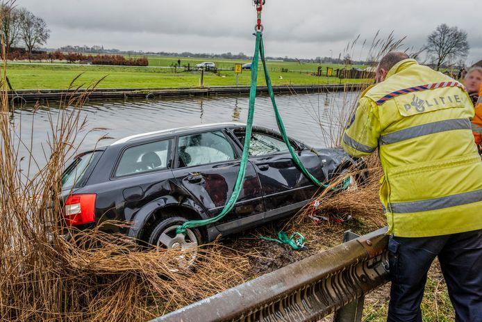 Vier mensen zijn overleden nadat de auto waarin zij zaten, te water was geraakt in het Noord-Hollandse Obdam. Hoe het ongeluk kon gebeuren, is nog niet duidelijk