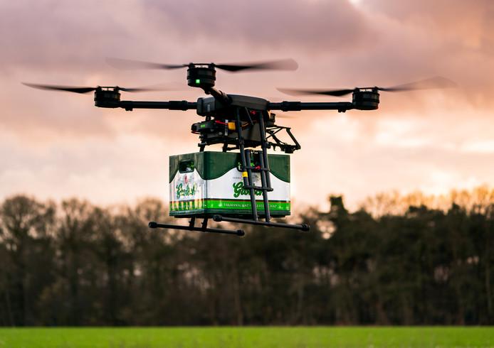 Grolsch experimenteert in stilte met de bezorging van bier met een drone. Commerciele toepassing kan nog een paar jaar duren, maar het eerste kratje heeft al gevlogen, in Bentelo.