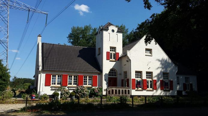 Het inmiddels verkochte  oud gemeentehuis Laren aan de Ampsenseweg.