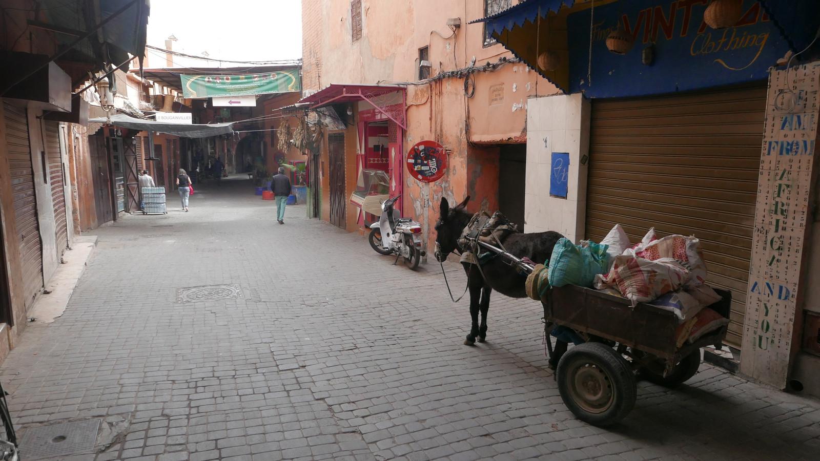 Een lege winkelstraat in Marrakech.