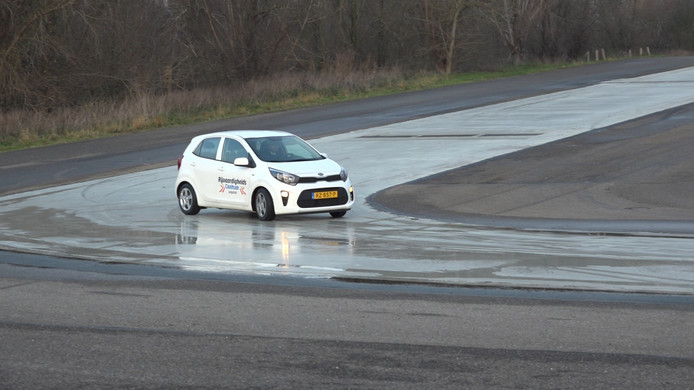 Jeffrey Schirrmann van het Rijvaardigheidscentrum Lelystad legt uit hoe je controle houdt over de auto als je in een slipsituatie komt.