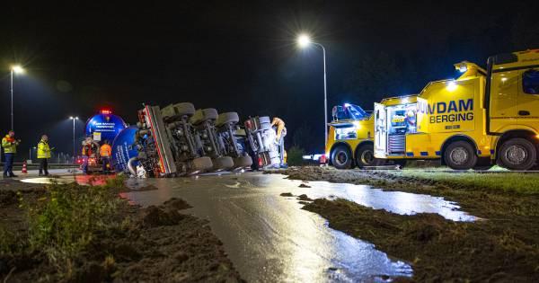 Gekantelde mestwagen zorgt nog uren voor verkeersoverlast op A50.