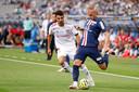 Mitchel Bakker namens PSG in actie tegen Olympique Lyon.