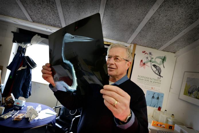 Klinisch fysicus Arie van 't Riet uit Bathmen maakt in zijn studio in Lettele met een oud röntgenapparaat kunstwerken van dieren en planten.