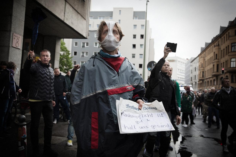 Demonstranten protesteren tegen de coronamaatregelen op de Rosa-Luxemburg-Platz in het centrum van Berlijn.  Beeld Daniel Rosenthal