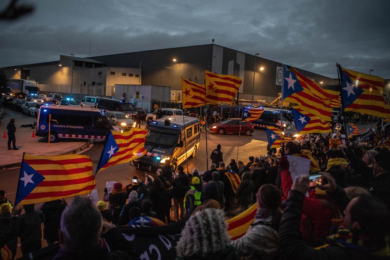 De Catalaanse leiders die worden verdacht van rebellie worden vanuit de gevangenis van Barcelona naar Madrid gebracht voor het proces dat vandaag begint.