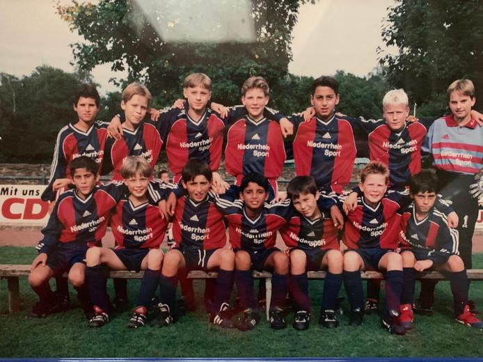 Kostas Mitroglou (boven derde van rechts) in de jeugd van Niederrhein Sport. Tweede van links onderaan Andre Apitzsch.