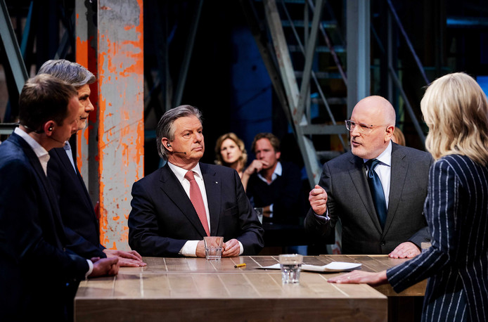Toine Manders (50Plus, links) en Frans Timmermans (PvdA) tijdens een lijsttrekkersdebat bij de NOS aan de vooravond van de verkiezingen voor het Europees Parlement.