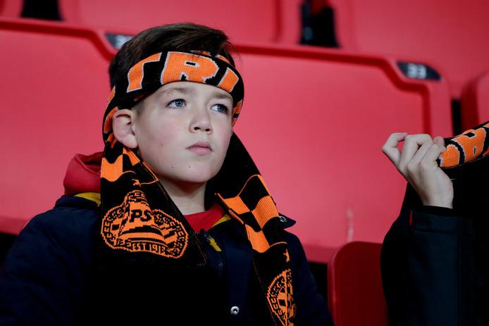 Een jonge supporter van PSV volgt de wedstrijd tegen Fortuna Sittard.