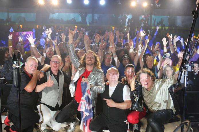 De West-Brabantse Queen-tributeband Crazy Little Things op de Queen Convention in Engeland. In het midden met vlag zanger Marijn Geluk.