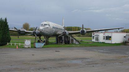 Amerikaanse legervoertuigen uit WOII nemen vliegveld Overboelare in