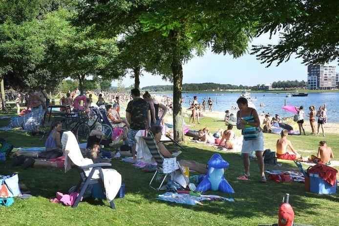 Drukte eind augustus bij de Heeswijkse Plas in Cuijk. foto Ed van Alem