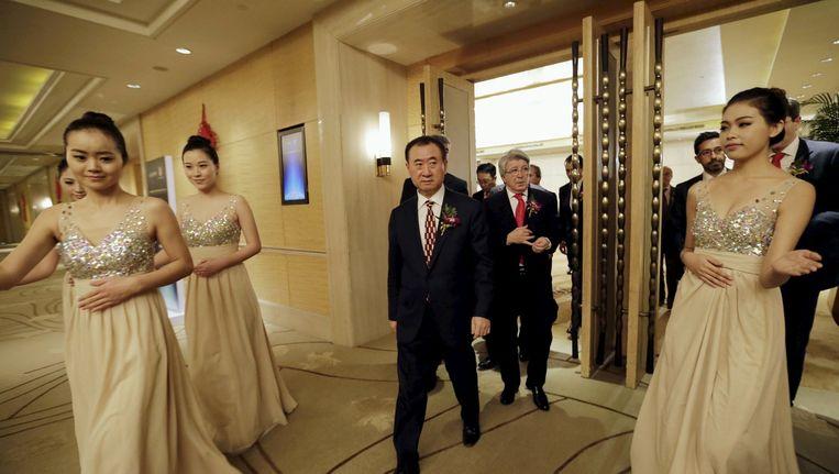 Wang Jianlin op een cultureel festival in Peking, januari vorig jaar. Achter hem Atlético Madrid-voorzitter Cerezo. Beeld Jason Lee / Reuters