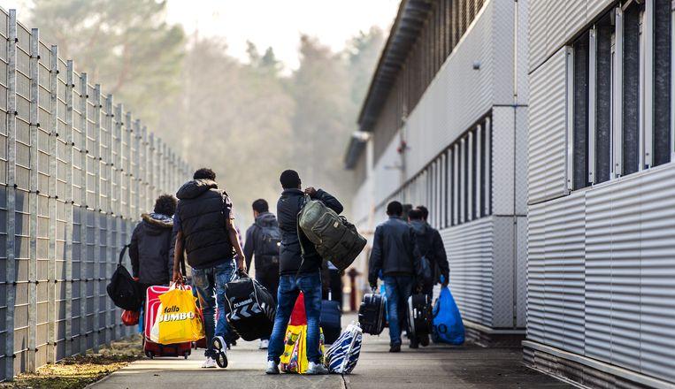 Eén op de vier kansrijke asielzoekers wacht langer dan een halfjaar op een  besluit van de IND | Trouw