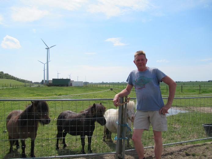 Ben Botterhuis en zijn vrouw Loes kregen de windmolens er in 2001 bij.