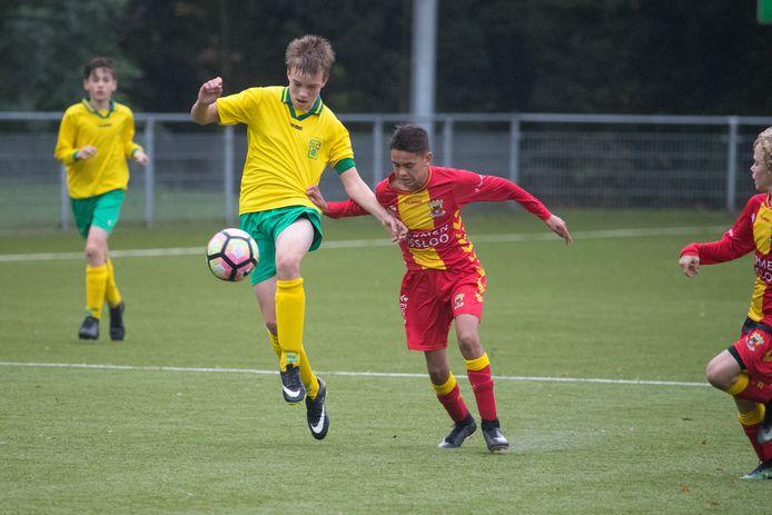 Wedstrijdbeeld uit de eerste editie van de Salland Cup tussen gastheer SC Overwetering en Go Ahead Eagles.