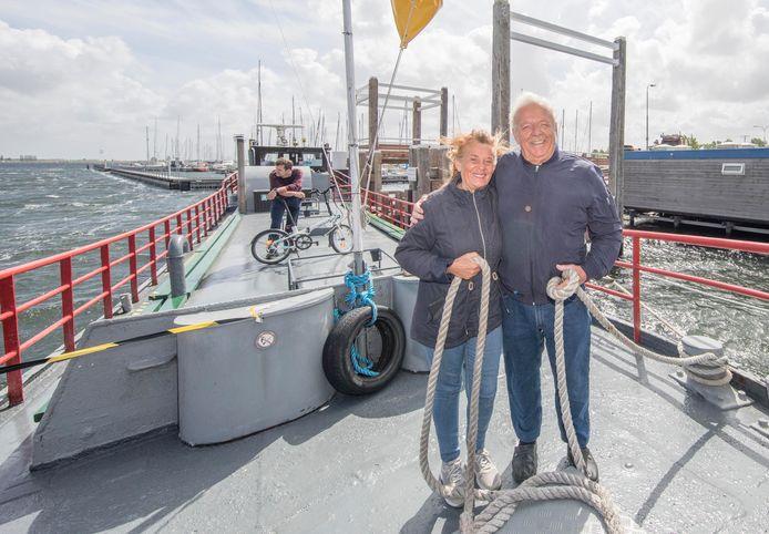 Tonny en John Beeke op hun veerpont, de M.S. Hoop. Achter in beeld staat Thomas Vernère, de eerste klant van de winderige zaterdagochtend.