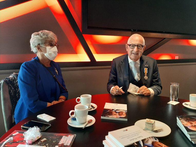Salo Muller en zijn vrouw tijdens de signeersessie van zijn nieuwe boek. Beeld Hanneloes Pen