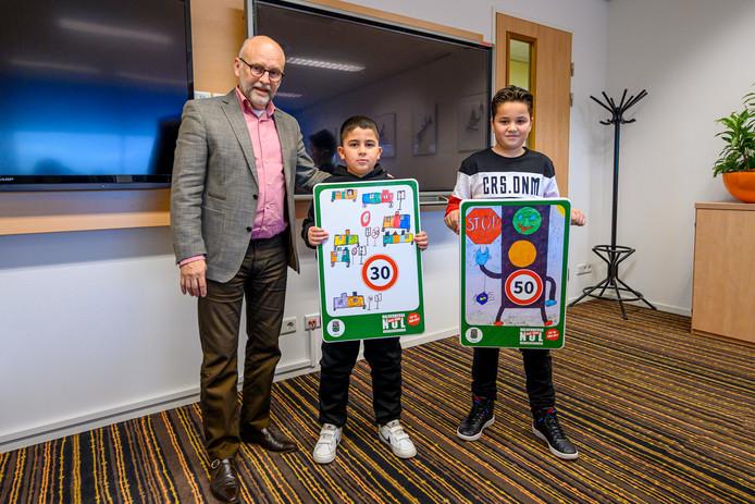 Wethouder Jan Mollen met de winnaars van de ontwerp-wedstrijd Vince en Abdel.