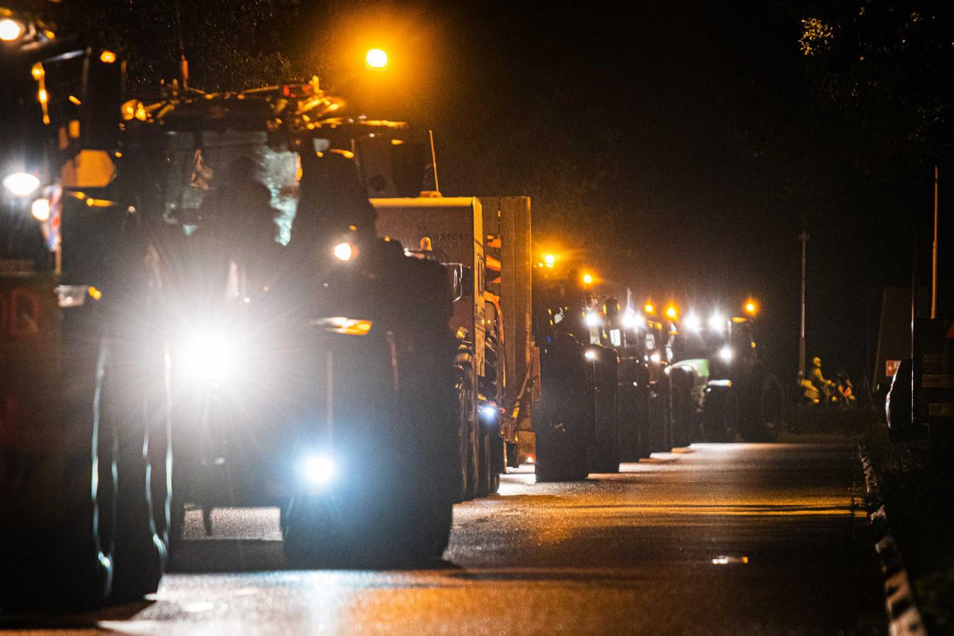 Boeren met landbouwvoertuigen op weg naar Den Haag.