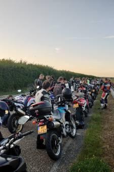 Motorrijders herdenken  omgekomen Tim (22) op  Brouwersdam: 'Dit komt binnen'