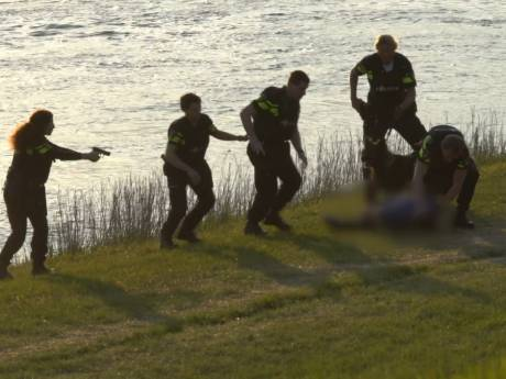 Politie overmeestert 'gewapende' man langs IJssel in Deventer