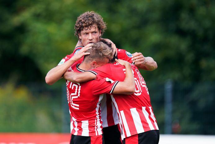 Sam Lammers viert de 2-0 tegen KFC Uerdingen met Michal Sadilek en Noni Madueke.