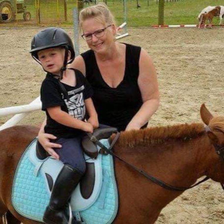 Kelly gaf haar grote liefde voor paardrijden door aan haar zoontje Lou.