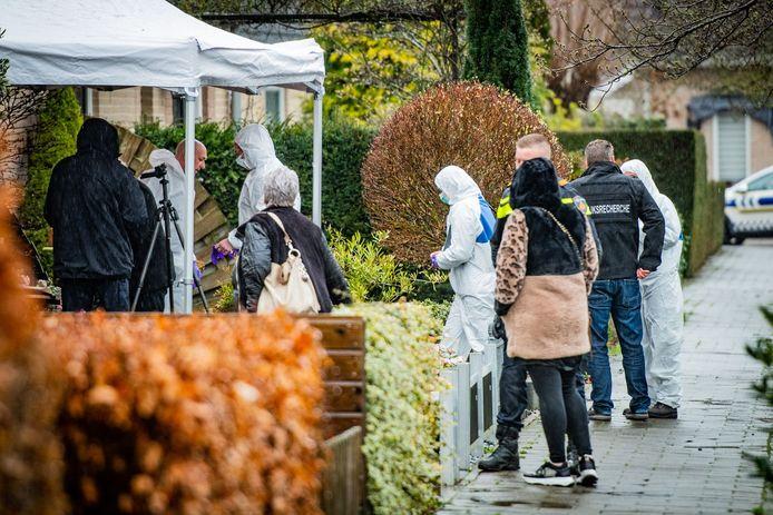 Rechercheurs en omwonenden tijdens het onderzoek vorige week donderdag in de Prins Bernhardstraat in Everdingen.