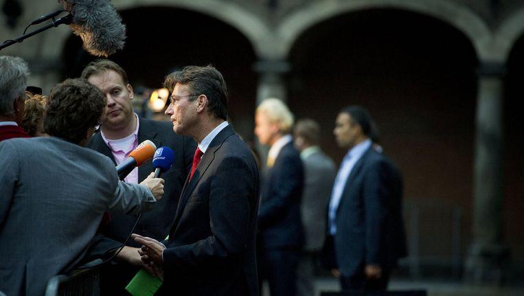 Maxime Verhagen staat de pers te woord. Op de achtergrond doet Geert Wilders hetzelfde. Beeld anp