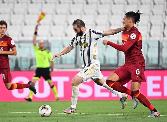 Gonzalo Higuaín haalt uit tegen AS Roma.