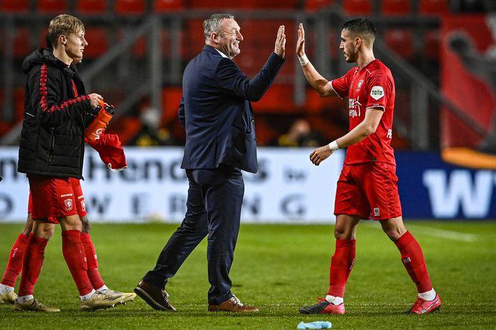 Ron Jans geeft JulioPleguezuelo een high five.