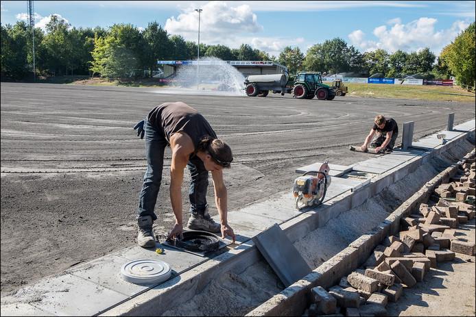 De aanleg van een nieuw voetbalveld bij Vitesse'08 uit Gennep (archieffoto).