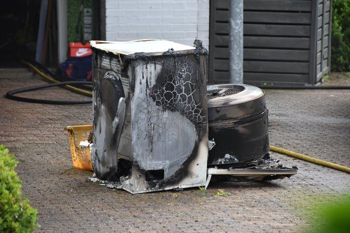 De droger vatte vlam in de garage van een woning.