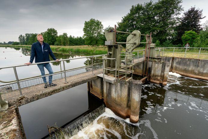 Hans Koekkoek van De Dommel werkt met het nodige engelengeduld aan dit soort projecten. Ze helpen bij het bestrijden van de droogte.