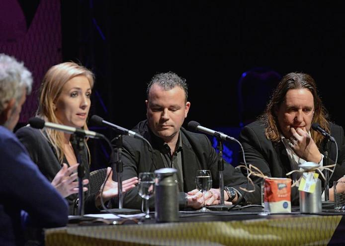 Lilian Marijnissen, Frank den Brok en Dolf Warris aan tafel bij politiek café Zout in Oss.