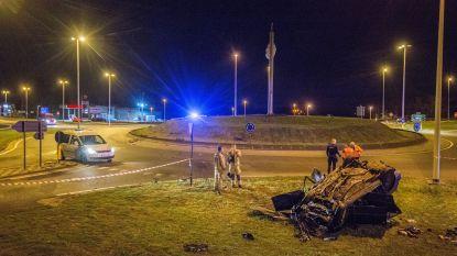 Auto vliegt met hoge snelheid over rotonde en crasht