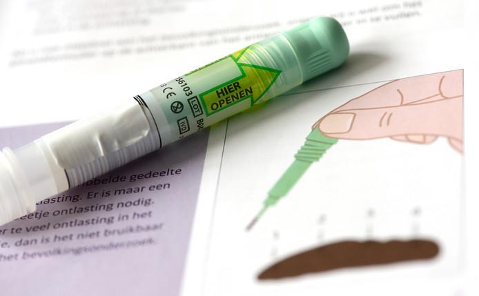Een pakket met een ontlastingstest dat wordt gebruikt voor het bevolkingsonderzoek naar darmkanker