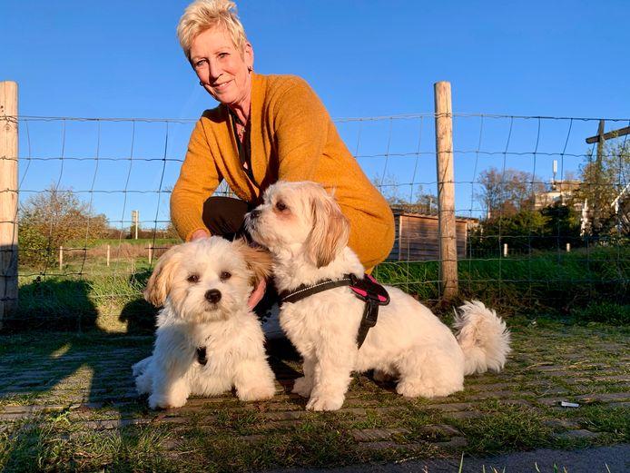 Helma Linschoten werd dit jaar weduwe. Ze verhuist binnenkort met haar hondjes (Soof en Whisper) naar Bruchem.